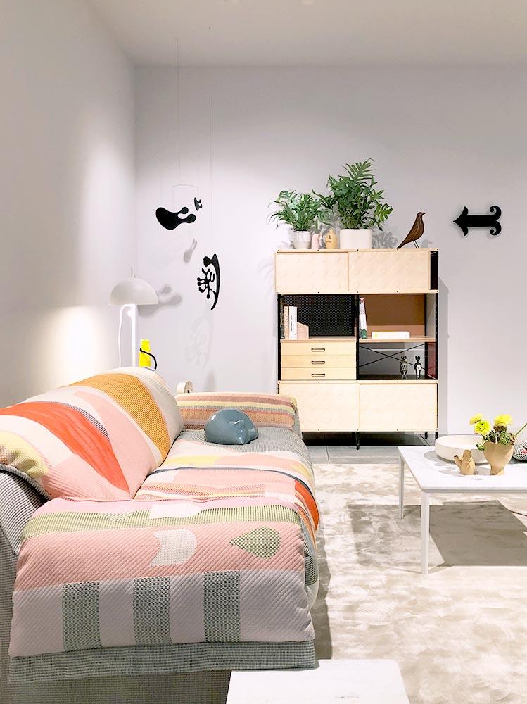 Beispielraum mit buntem Sofa im Boho-Stil und verspielten Mobiles