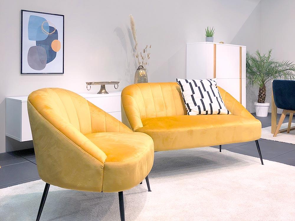 Kleines Sofa und Sessel in sonnengelbem Samt