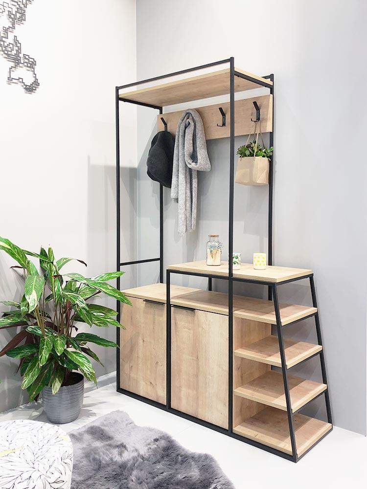Schlichte Garderobe aus hellem Holz mit schwarzen Metallstreben