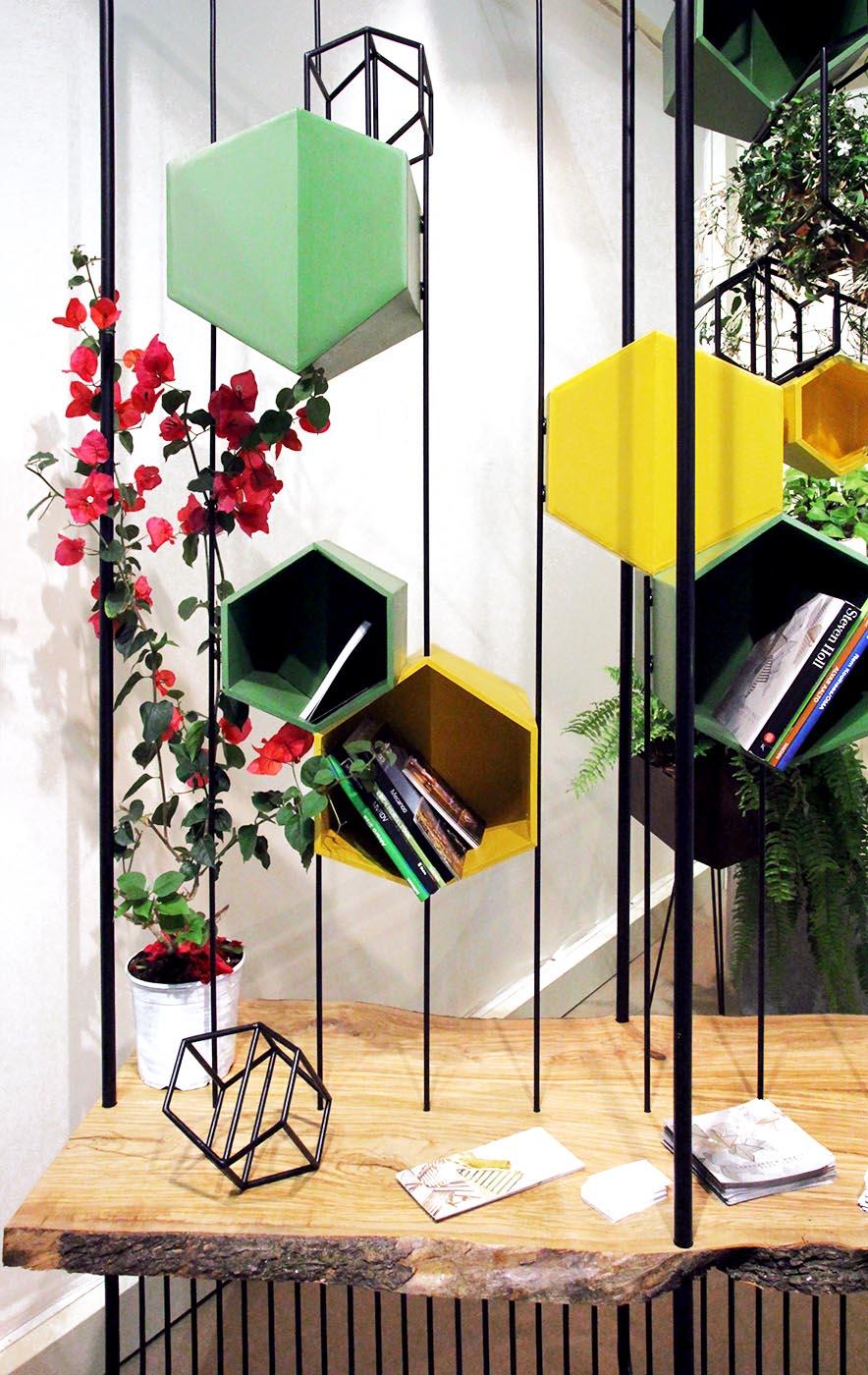 Das Bücherregal Dharma ist gleichzeitig Bücherregal und vertikaler Garten