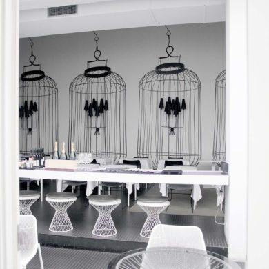 Die Tische und Stühle sind aufgebaut aus schlichten, eleganten Metallstreben