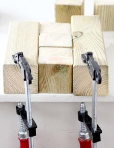 Holzstücke mit Schraubzwingen richtig befestigen
