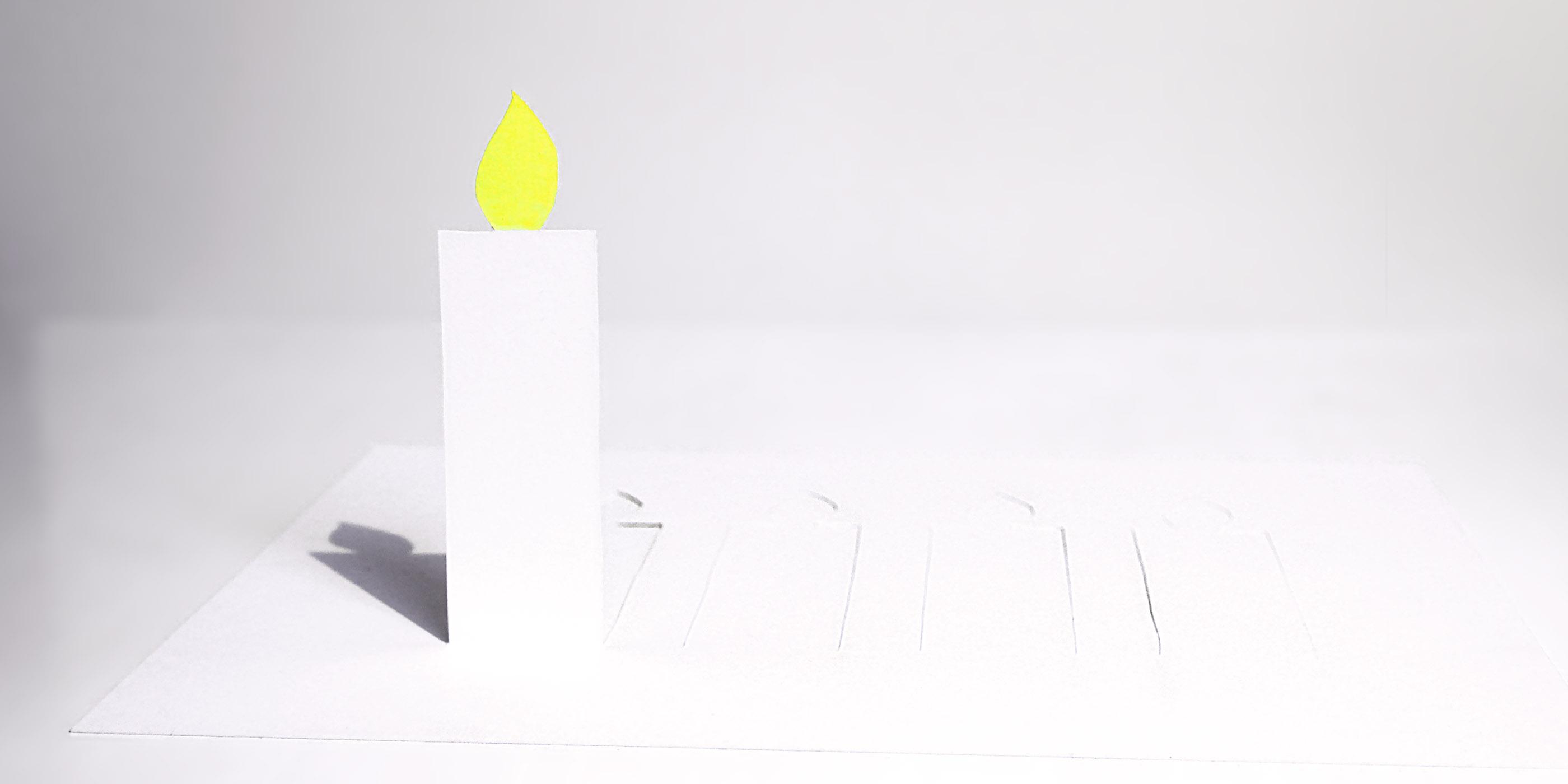 eine stehende schlichte Papierkerze