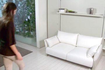 Frau bewegt sich auf Sofa zu
