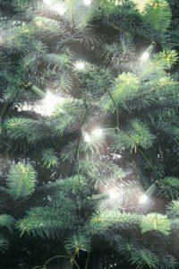Detail mit Sicherheitsnadeln auf dem Weihnachtsbaumstoff