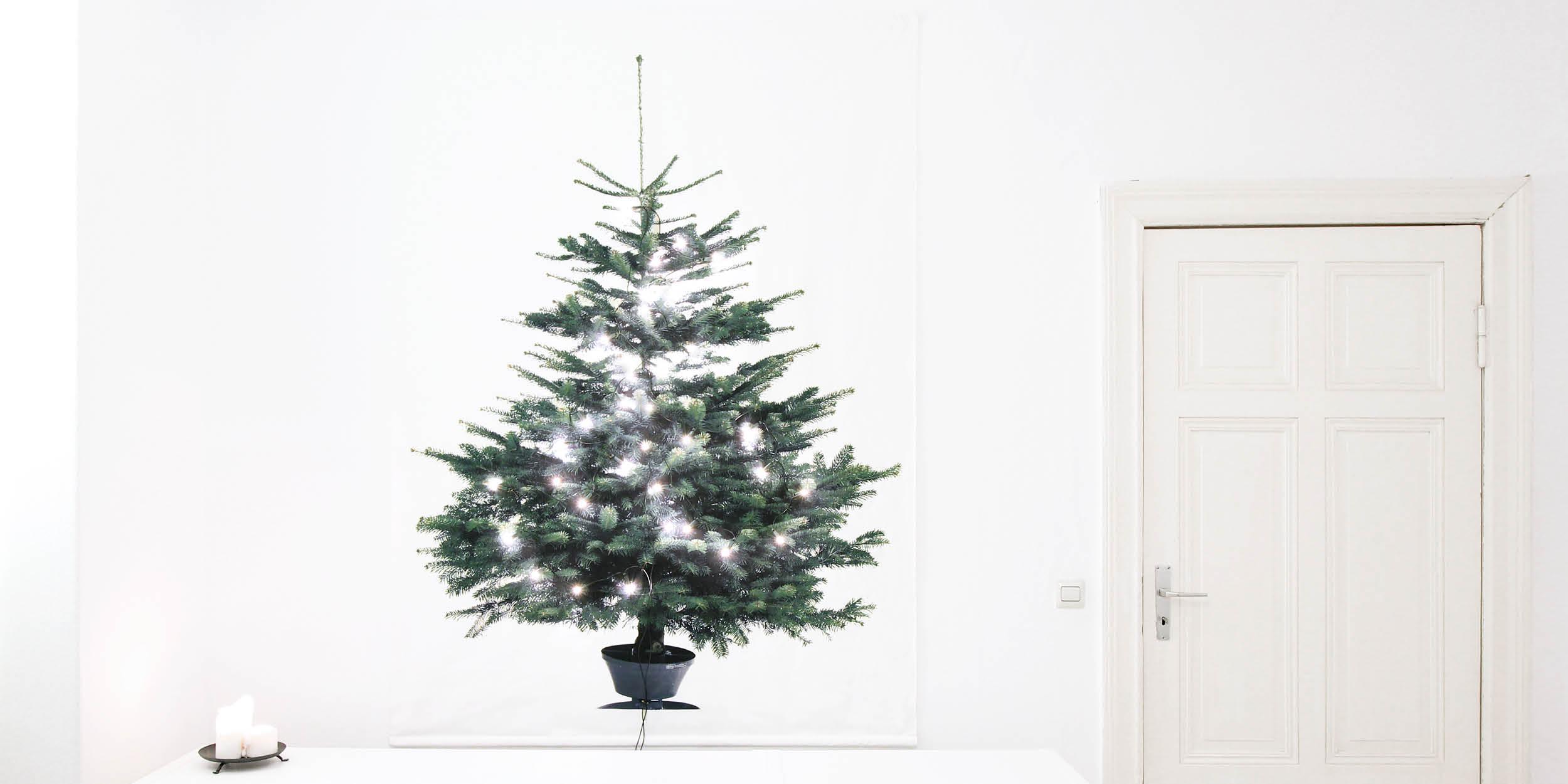Stoff-Weihnachtsbaum fertig und an der Wand montiert