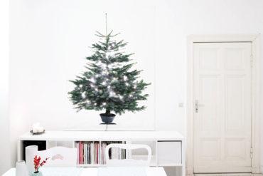 Stoff-Weihnachtsbaum an der Wand