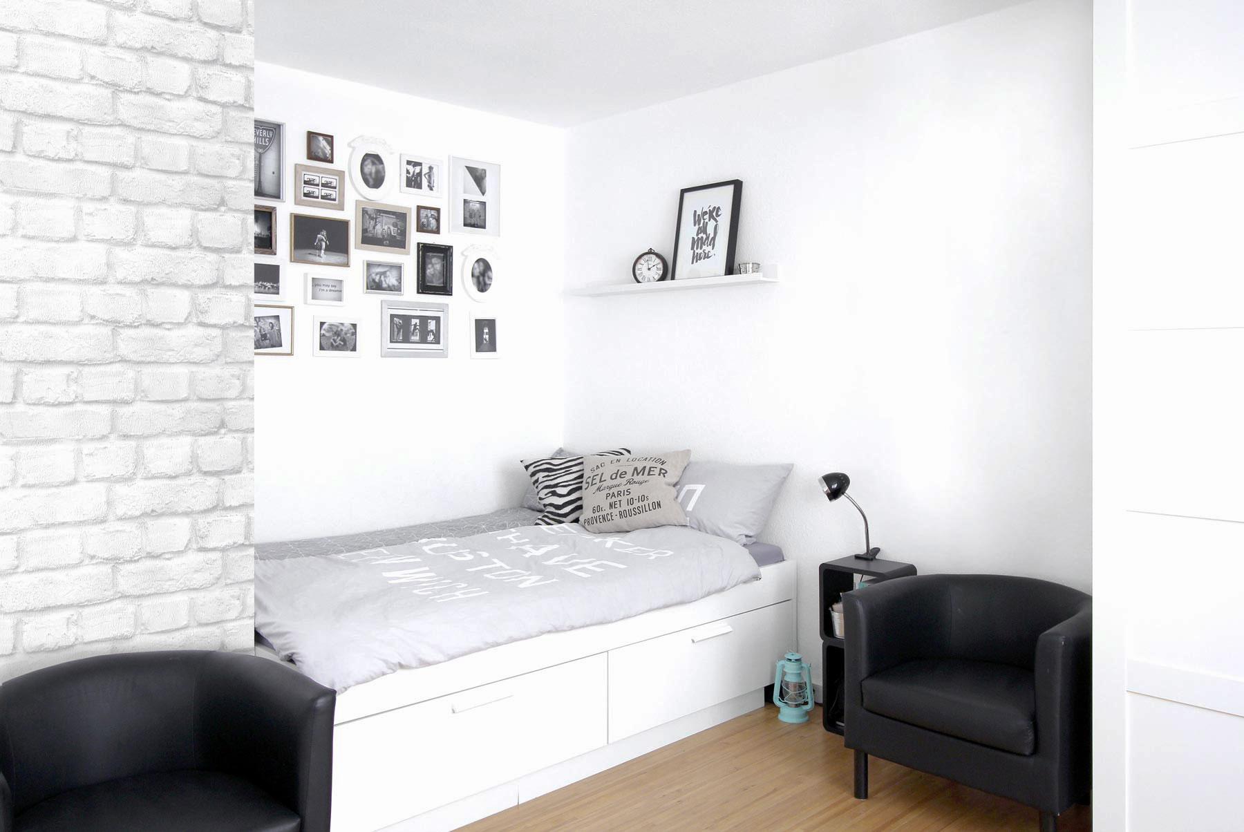 Ein Bett mit Schubladen sorgt für Stauraum