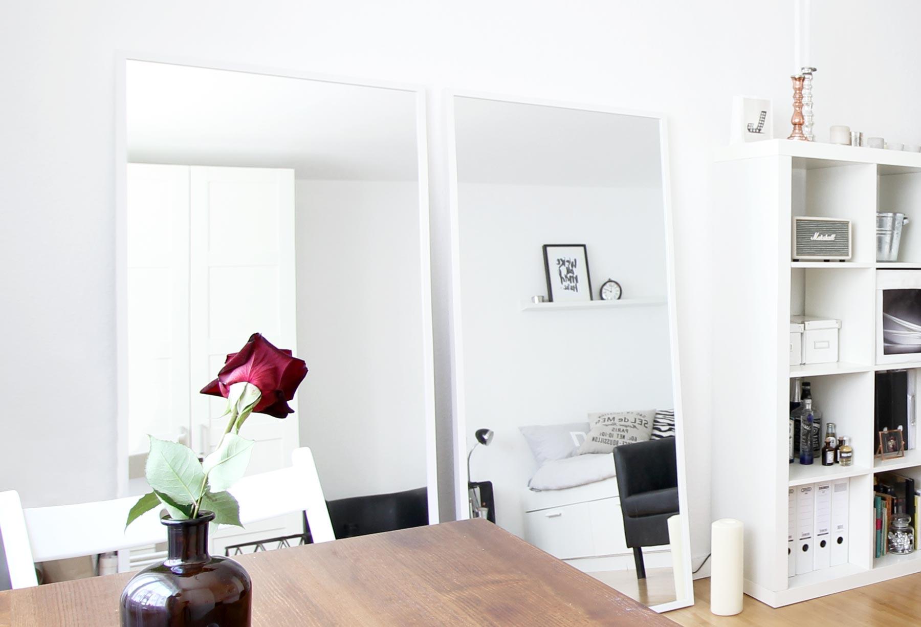 Große Spiegel lehnen an der Wand in einem kleinem Zimmer