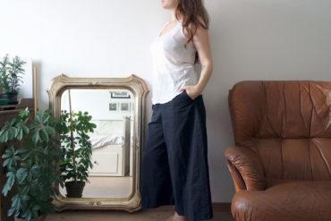 Großer Spiegel der die andere Seite des Zimmers reflektiert