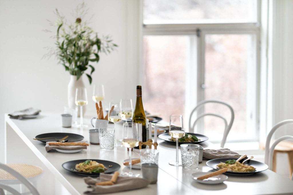 Das multifunktionale Tablebed als Tisch ist reichlich gedeckt.