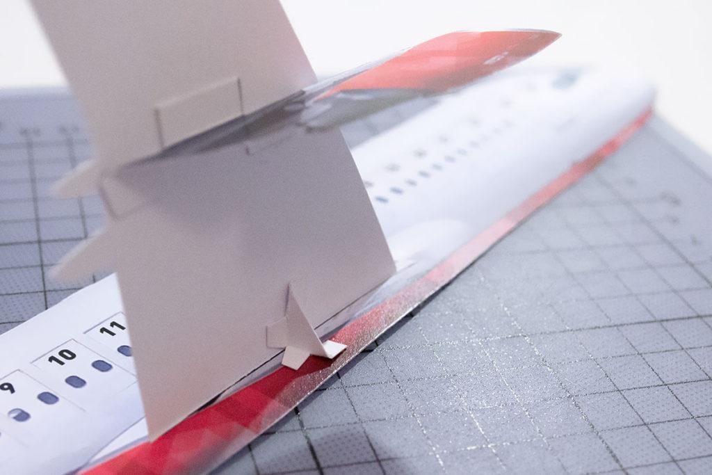 Flügel verstärken am Flugzeug Adventskalender